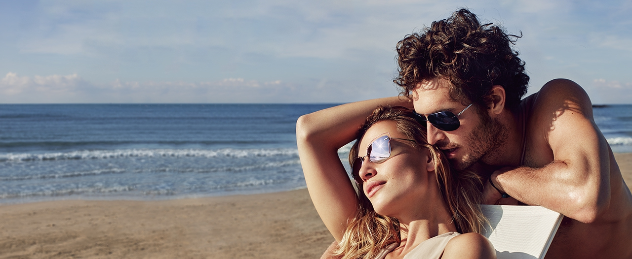 Couple on the beach with Titan Minimal Art Atwire and Adventurer Aviator 8162