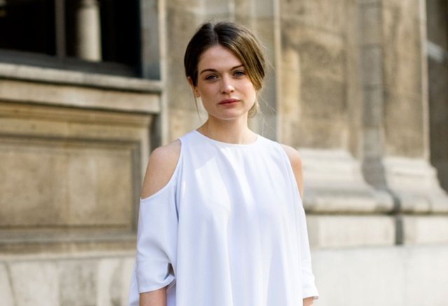 Woman wearing a white cut-out shirt