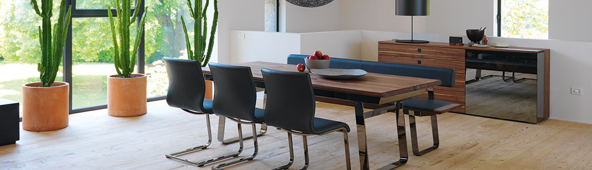 With its material thicknesses and detailed craftsmanship, the nox dining room range is a perfect showcase for the living, porous solid wood. © TEAM 7