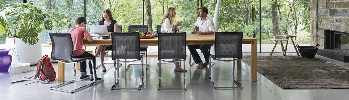 The mother of all extendable tables: magnum provides superior comfort with its gentle extension technology that can be operated with one hand. © TEAM 7